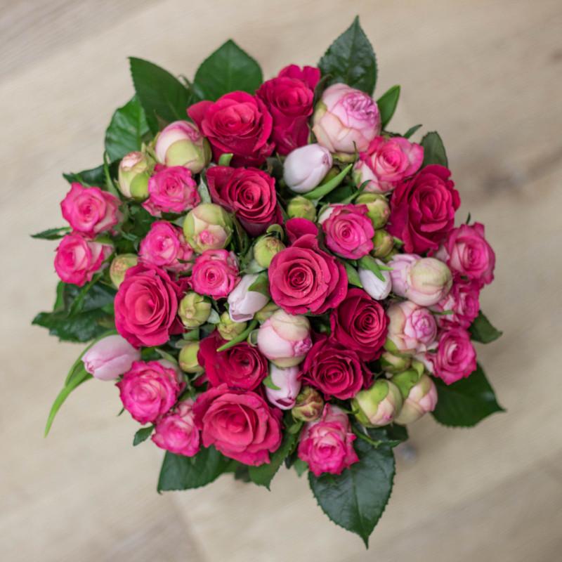 Kytice růžových čerstvých a pivoňkových růží