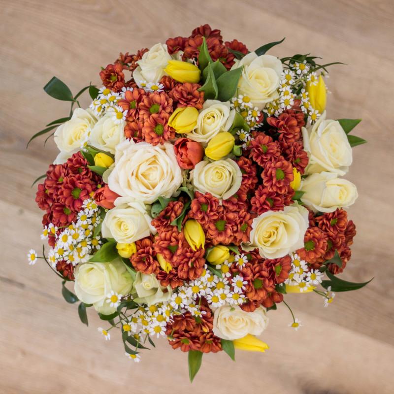 Kytice - bílé růže, oranžové chryzantémy a pár žlutých tulipánů