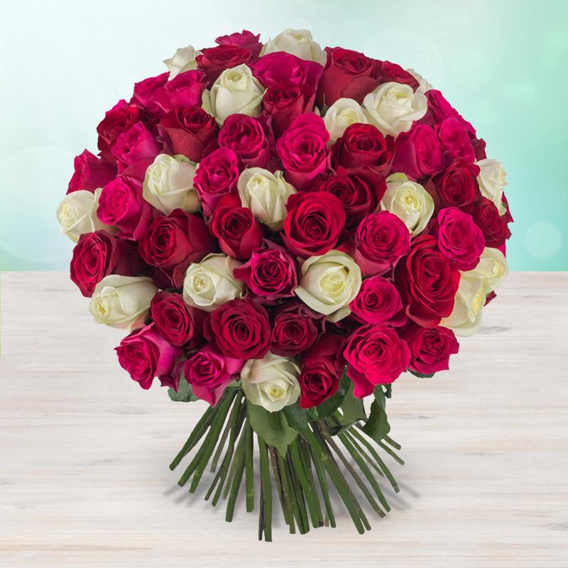 Růžové, bílé a červené růže svázané do krásné sváteční kytice